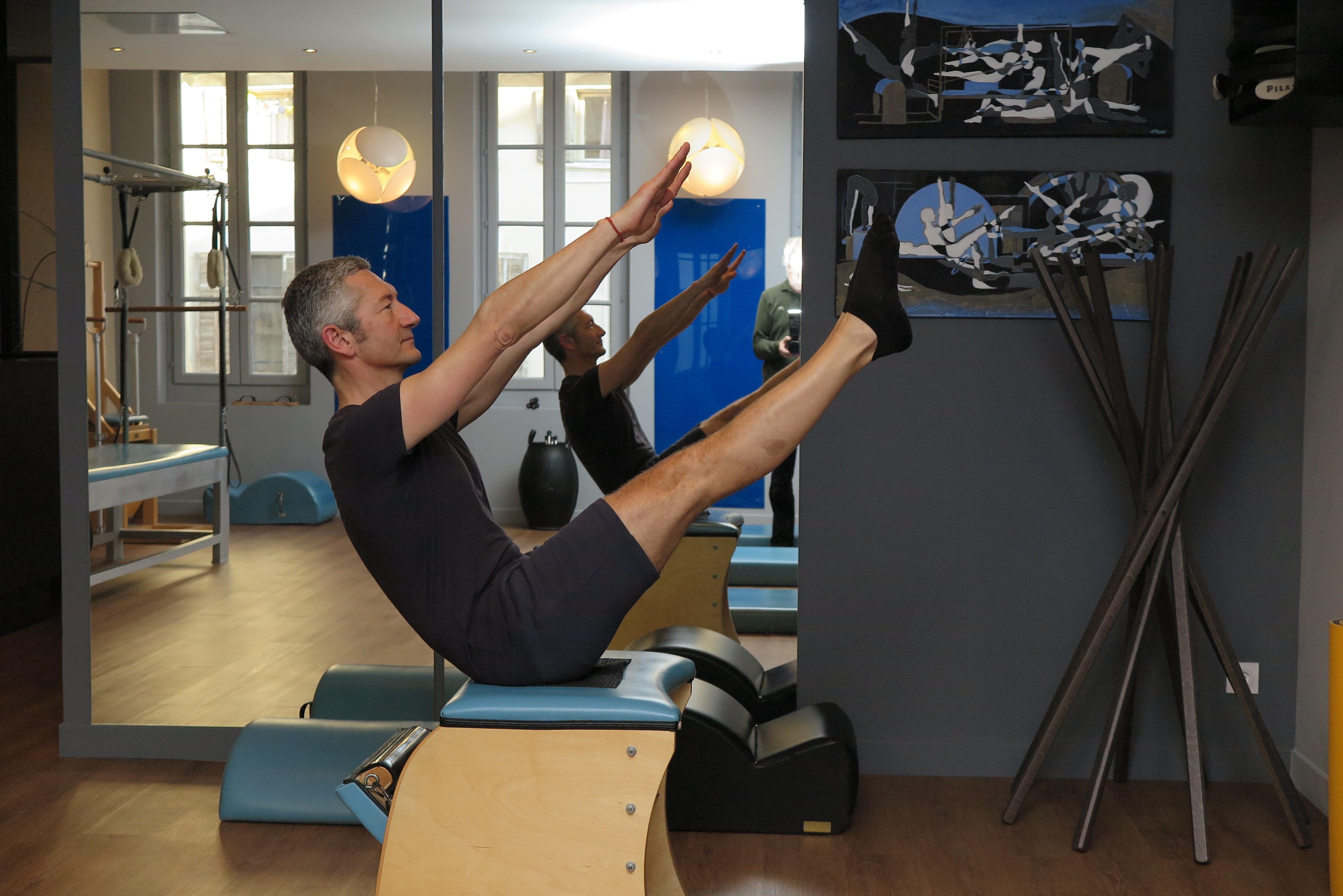 Nouveau professeur en posture de pilates